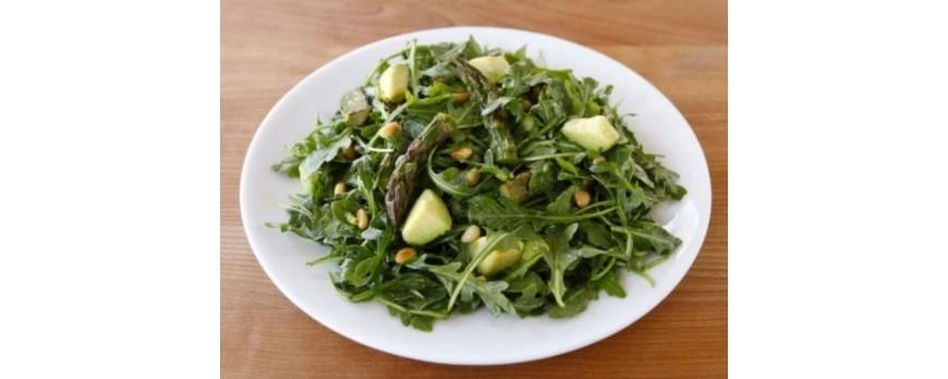Салат из спаржи, авокадо и рукколы